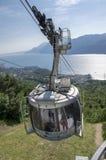 11 de junio de 2017, cablecarril moderno de la alta capacidad de Malcesine para montar a Monte Baldo, montañas de Garda, montañas fotos de archivo