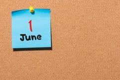 1 de junio día 1 del mes, calendario de la etiqueta engomada del color en tablón de anuncios Adultos jovenes Espacio vacío para e Fotos de archivo