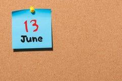 13 de junio Día 13 del mes, calendario de la etiqueta engomada del color en tablón de anuncios Adultos jovenes Espacio vacío para Imagen de archivo