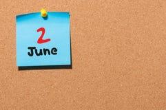 2 de junio Día 2 del mes, calendario de la etiqueta engomada del color en tablón de anuncios Adultos jovenes Espacio vacío para e Fotos de archivo libres de regalías