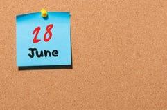 28 de junio Día 28 del mes, calendario de la etiqueta engomada del color en tablón de anuncios Adultos jovenes Espacio vacío para Imagen de archivo libre de regalías