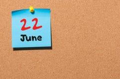 22 de junio Día 22 del mes, calendario de la etiqueta engomada del color en tablón de anuncios Adultos jovenes Espacio vacío para Fotos de archivo libres de regalías