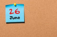 26 de junio Día 26 del mes, calendario de la etiqueta engomada del color en tablón de anuncios Adultos jovenes Espacio vacío para Imagen de archivo libre de regalías