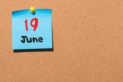 19 de junio Día 19 del mes, calendario de la etiqueta engomada del color en tablón de anuncios Adultos jovenes Espacio vacío para Foto de archivo libre de regalías