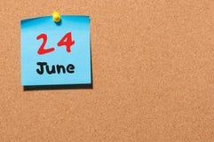 24 de junio Día 24 del mes, calendario de la etiqueta engomada del color en tablón de anuncios Adultos jovenes Espacio vacío para Fotos de archivo libres de regalías