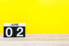 2 de junio Día 2 del mes, calendario en fondo amarillo Día de verano, espacio vacío para el texto Foto de archivo