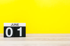 1 de junio día 1 del mes, calendario en fondo amarillo Primer día de verano Espacio vacío para el texto El día de los niños felic Imagen de archivo libre de regalías