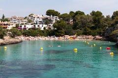 16 de junio de 2017, Cala Ferrera, Mallorca, España - vista de la playa del mar con la gente en el agua Fotografía de archivo