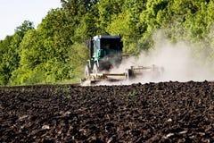 20 de junio de 2017: El tractor prepara la tierra para sembrar en la ciudad ucraniana de Balta Foto de archivo libre de regalías