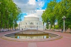 24 de junio de 2015: Fuente cerca del teatro de la ópera, Minsk Foto de archivo libre de regalías
