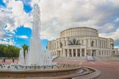 24 de junio de 2015: Fuente cerca del teatro de la ópera, Minsk Foto de archivo
