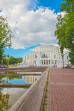 24 de junio de 2015: Fuente cerca del teatro de la ópera, Minsk Fotografía de archivo libre de regalías