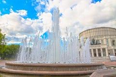 24 de junio de 2015: Fuente cerca del teatro de la ópera, Minsk Imagen de archivo