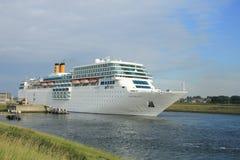 13 de junio de 2014 IJmuiden: Costa Neo Romantica que sale del muelle en j Imagen de archivo libre de regalías