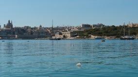 3 de junio de 2016 La Valeta, Malta Costa de Sliema y hyperlapse diurnos de las aguas con los barcos flotantes almacen de video