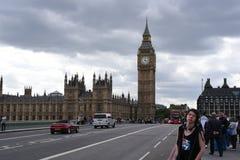 21 de junio de 2015 Londres, Reino Unido Big Ben, el palacio de Westminster con el cielo dramático, turistas que disfrutan del lu Fotografía de archivo libre de regalías