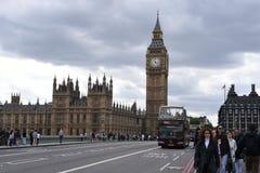 21 de junio de 2015 Londres, Reino Unido Big Ben, el palacio de Westminster con el cielo dramático, turistas que disfrutan del lu Fotografía de archivo