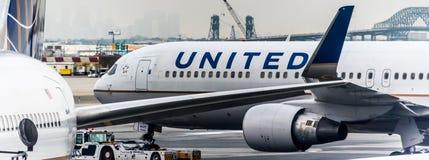 17 de junio de 2017: El aeropuerto internacional de Newark, Newark, New Jersey, las líneas aéreas Nosotros-unidas echa en chorro  imagen de archivo libre de regalías