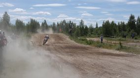 10 de junio de 2018 Federación Rusa, región de Bryansk, Ivot - deportes extremos, motocrós cruzado El motorista entra en metrajes