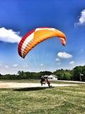 4 de junio de 2016, Jugra, Malasia; Sobre la tierra, debajo del cielo, aterrizando en tierra, para siempre mosca fotos de archivo