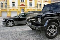 12 de junio de 2011, Kiev - Ucrania Lobo de Mercedes E500 W124 en el fondo de casas viejas hermosas foto de archivo libre de regalías