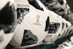 27 de junio de 2018, Moscú, Rusia Bola oficial blanca con el logotipo de F Imagen de archivo libre de regalías