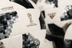 27 de junio de 2018, Moscú, Rusia Bola oficial blanca con el logotipo de F Imagenes de archivo