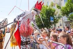 12 de junio de 2018, RUSIA, VORONEZH: Desfile de los teatros de la calle Festival platónico internacional imagen de archivo
