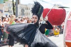 12 de junio de 2018, RUSIA, VORONEZH: Desfile de los teatros de la calle Festival platónico internacional imagenes de archivo