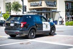 2 de junio de 2019 Sunnyvale/CA/los E.E.U.U. - coche polic?a que conduce en la calle en Sunnyvale c?ntrico, ?rea de la Bah?a de S fotos de archivo