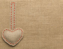 De Jute Naaiend Voorwerp van de hartvorm Herstelde Juteachtergrond Royalty-vrije Stock Foto's
