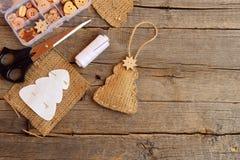 De jutekerstboom verfraaide houten sterknoop Document boommalplaatje, draad, spelden, schaar, houten knopen in vakje op lijst Stock Afbeeldingen