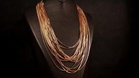 De juwelen, Close-up, Ledenpop om de gouden juwelen te tonen zijn behandeld met kettingen, die voor verkoop in een juwelenopslag  stock videobeelden