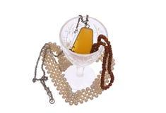 De juwelen en het glas van vrouwen. Stock Foto's