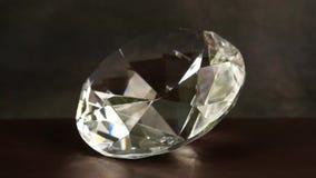 De juwelen spinnen op een donkere achtergrond De grote diamant met licht roteert, Juwelen, edelsteen, fonkelingen in stock footage