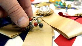 De juwelen van vrouwen van onedele metalen, glas en zachte materialen worden gemaakt dat stock videobeelden