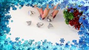 De juwelen van vrouwen van onedele metalen, glas en zachte materialen worden gemaakt dat stock footage