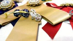 De juwelen van vrouwen van onedele metalen, glas en zachte materialen worden gemaakt dat stock video