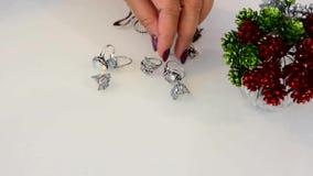 De juwelen van vrouwenaanrakingen van kostbare en onedele metalen worden gemaakt dat stock video