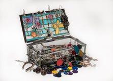De juwelendoos van het glas die met toebehoren wordt ingepakt Royalty-vrije Stock Foto's