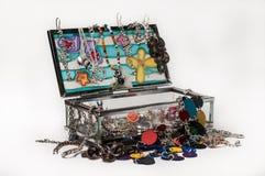 De juwelendoos van het glas die met toebehoren wordt ingepakt Stock Foto