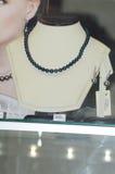 De Juwelenjunwex Moskou 2014 Halsband van zwarte parels op een ledenpop Stock Afbeeldingen