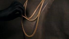 De juwelenwinkel, tentoonstelling van juwelen, een gouden ketting voor de hals is in storefront bij de wandelgalerij, dure juwele stock video