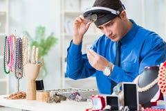 De juwelier die met luxejuwelen werken in de workshop royalty-vrije stock fotografie