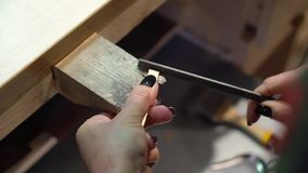 De juwelier maakt een stuk van juwelen stock footage