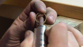 De juwelier maakt een stuk van juwelen stock video