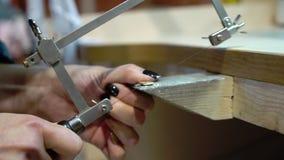 De juwelier maakt een stuk van juwelen stock videobeelden