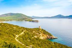 De kaap en watchtower Punta Del Bollo van aardcaccia in Sardinige Royalty-vrije Stock Afbeelding