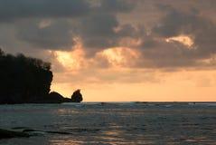 De kaap van Padangpadang bij zonsondergang Pecatu bali indonesië stock afbeeldingen