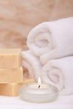 De kaars, de badhanddoeken en de zeep van Aromatherapy Stock Afbeeldingen